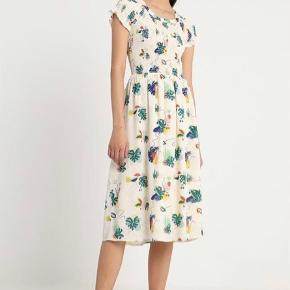 Smukkeste kjole i 100% viscose. Aldrig brugt og stadig med tags.  Str 40 men meget fleksibel, passer fint både en 38,40 og 42.  Bytter ikke🌸 Oprindelig købspris: 800 Mindstepris: 400pp