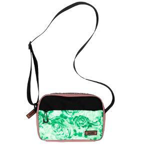 Sælger ganni taske - har været så glad for den men trænger til noget nyt. Der kan være alt man har brug for. Den er brugt skånsomt og ikke særlig meget