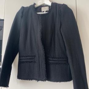 """Super fin iro jakke, som både kan bruges en """"blazer"""" indenfor eller som jakke om sommeren/ forår. Den fnugger lidt, men dette kan fjernes hvis man har en fnugstålbørste."""