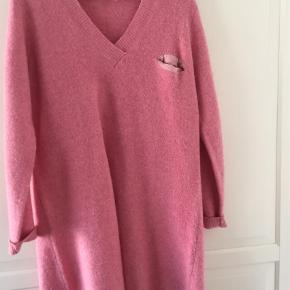 Varetype: Andet Størrelse: ONE SIZE Farve: Pink  Skøn sweater/kjole fra SG. Brugt få gange, fejler absolut intet, men der er naturligvis brugsspor som fx lidt fnuller i stoffet.
