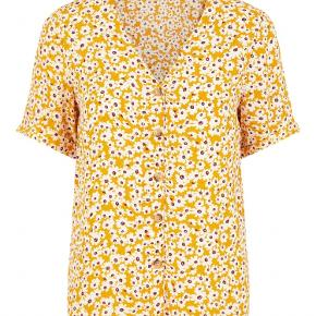 Mærke: Pieces Style: PCCYA Størrelse: M Farve: carry, beige og bordeaux blomster. Foto of min bluse.. har samme farve som første foto Materiale: Viscose Blusen: V- udskæring, knapper med horn-look. Opsmøgede manchetter. Blødt stof. Relaxed fint Stand: Aldrig brugt  Sælges kr. 125 Bytter ikke Sætter pris på tilfredse købere