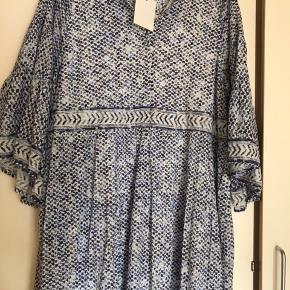 Helt split ny kjole stadig med prisseddel på. Den er købt hos Bahne i Frederiksbergcentret, ny pris 2250kr desværre er det for sent at bytte den.... lækker bomuldskjole med bomuldsfoer , kan bruges både til hverdag og fest, den er smuk og kvalitet, det ses tydelig .