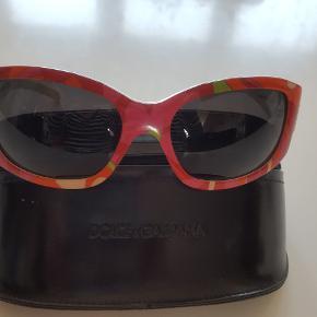 Dolce & Gabbana solbriller  Helt unikke virkelig flotte designer solbriller fra Dolce & Gabbana, glassene er brunlige, og selve stellet er i mange multifarvet i pink toner. Med D&G i similisten på siden. Pæne og velholdt uden ridser,Samt Originalt etui