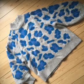Lækker ulden sweater med ballonærmer. Modellen bruger normalt str. 36/38 på overkroppen og er 170 cm høj
