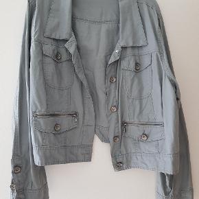 Sød lille jakke til og udover fx en kjole i str M 46/48  Den er brugt 1-2 gange