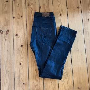 Sorte bukser i et slidt læder agtigt look. Kan bruges som højtaljede eller baggybukser, alt efter hvordan du sætter dem :)