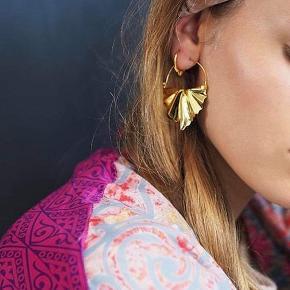 Fri fragt 🙌🏼  Maanesten øreringe 💕   - fra deres Ocean kollektion - Sterling sølv forgyldt med 18 karat guld - Ny pris 1000kr.  - Aldrig brugt, fås ikke mere   Æsken haves ikke. Men kan sendes i en anden smykkeæske.