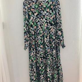 Flot blomstret kjole fra H&M. I butikkerne nu. Aldrig brugt.