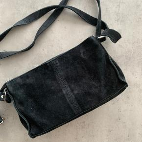 Nunoo Stine taske i sort ruskind. Snlidtegn på lynlåse, som det ses af det sidste billede, men ellers i god stand.