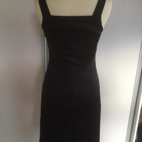 Mærke: In Wear Størrelse: 32, passer også str. 34 Farve: sort Materiale: 55% polyester, 32% viscose, 3% elastan Kjolen: Har brede stropper og kan bruges både som festkjole og sommerkjole. En lille sløjfe foran. Kjolen er foret. Stoffet er blankt. En elegant kjole Stand: næsten som ny  Sælges kr 155 Bytter ikke Sætter pris på tilfredse købere