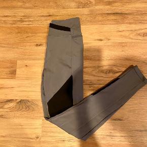 """Gymshark Colour Block thights i farven """"Black/Charcoal/Smokey Grey"""". Aldrig brugt. Sælges da de desværre er for store, men jeg har taget mærket af, og kan derfor ikke sendes retur til firma."""