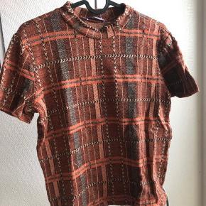 Lækker tætsiddende tshirt med lidt høj hals.  Passer også en small.
