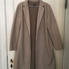 Jakken er lille i størrelsen. Også i Zara-sammenhæng.  Passer en M/L  Sendes med DAO på købers regning for 39 kr.  Er annoncen aktiv, er varen stadig til salg :)