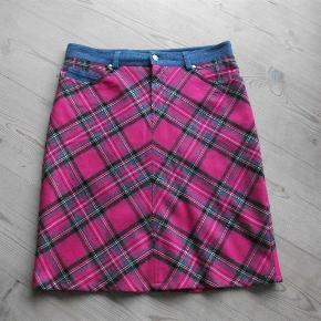 Varetype: nederdel Farve: Multi  55% polyester 45% uld livvidde: 83 cm længde: 56 cm der er foer i nedernedel
