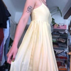 Fin kjole med justerende stropper (Bitte små pletter, ikke vasket endnu) Str. S