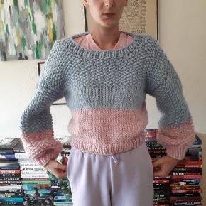 Sweater strikket af mig. Den måler 49cm i længden og ærmerne måler 45cm. Prisen er fast og uden porto