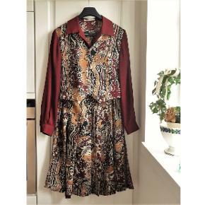 Festkjole, JacquesVert , str. M, Bordeaux, 100 % polyester, Næsten som ny  Som ny og kun brugt en gang  En super flot og smart kvalitets kjole i mønster med grundfarve i bordeauxrød  Kjolen er en to delt kjole så man får flere anvendelses muligheder med den . F, eks En rigtig super flot kjole En nederdel -til en anden skjortebluse eller top En skjortebluse til et par bukser Nederdelen er med brede plisselæg Er i lækker luftig 100 % polyester Sender gerne hvis køber betaler fragt 36 kr med GLS og med forsikret forsendelse Leveringstid 1 - 2 hverdage Kan betales med mobilepay eller bankoverførsel
