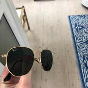 Ray-Ban solbriller i modellen hexagonal. Sort og guld. Brugt meget få gange og fremstår derfor som helt nye. Sælges for 650 + fragt😎