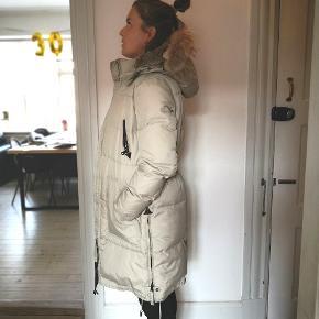 Jeg vasker jakken inden evt. forsendelse hvis den da ikke afhentes i Aalborg, så at den stort set fremstår som ny ☺️  Info om jakken:  Pels: Kanin (kan tages af) Hætte: med for og ståltråd så at den falder pænt. Str.: medium (umiddelbart alm. i str.) Model: UNIT Vask: Kan vaskes på 40 grader
