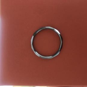 Flot ring med kanter hele vejen rundt. Grå/oxyderet farve.  Str. 52 på ringfingeren. Fejler intet.