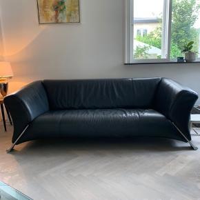 ROLF BENZ SOFA  Koksgrå 3-personers lædersofa fra Rolf Benz.  Nypris var omkring de 25000kr og er købt hos Olsen Møbler for et par år siden.  Sælges hurtigt grundet flytning.  Mål:  L: 200cm D: 90cm H: 68cm