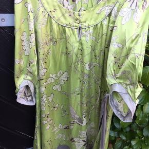 Super lækker silkeagtig kjole fra By Groth i str. S. Med vidde.