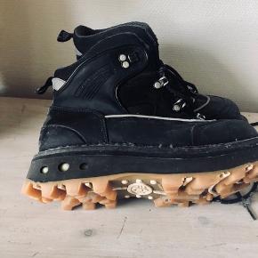 Vinter støvler. Støvlerne du ikke kan slide op... De er vilde på alle måder. Tyk sål der er lavet så du ikke glider under nogen omstændigheder og med sikkerheds beslag i yderste del af skoen, så du ikke kommer til skaden når du er ude at vandre... Kostede 2000 kr fra nye. Prisen er inkl Porto