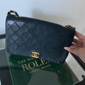 Sort skøn klassisk Chanel vintage - kan bæres både over skulder og som crossbody.  Mål: 24x14 5x6cm   Købt hos DeeDee hvorfra kvittering kan følge med.