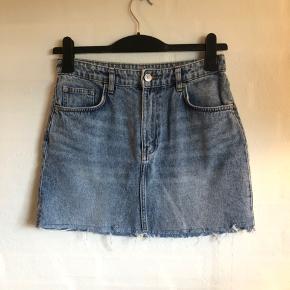 Lyseblå denim nederdel med ribbet detaljer.  Ikke brugt særlig meget. Uden tegn på slitage.
