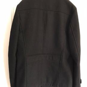 Har en mellemlang frakke som jeg ikke får brugt og derfor sælger til den rigtige pris. Fejler intet og brugt få gange.