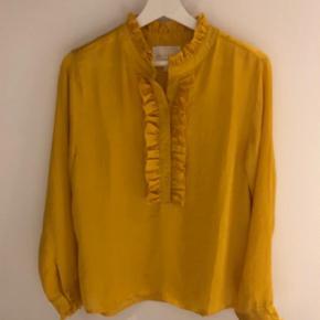 Brand: Lolly's Laundry Varetype: Langærmet Farve: Gul,Gylden Oprindelig købspris: 700 kr.  Fin skjortebluse fra Lollys laundry. Brugt én enkelt gang. Står som ny.