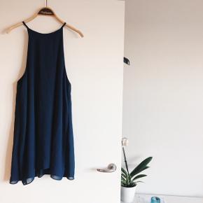 Løstsiddende mørkeblå kjole