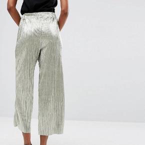 Culottebuks i grå/sølv med glimmer. Er med elastik så passer både størrelse M og L