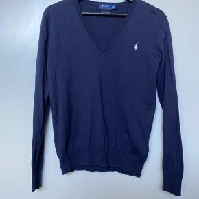 Mørkeblå bluse med V-hals fra Polo Ralph Lauren i str. S.