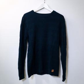 Sælger denne sweater/strik fra Kronstadt. Brugt få gange og er i farven navy.  Købspris: 300 kr Sendes på min regning.