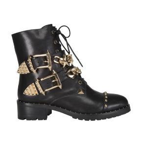 Støvlerne er SPRIT nye og er ikke engang prøvet på :-)  Sælges da de er købt udenlands som gave og ikke kan returneres  Nypris 1899