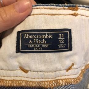 Sælger denne fine nederdel fra abercrombie and fitch Den er i str 31/12 (svarer cirka til en large)