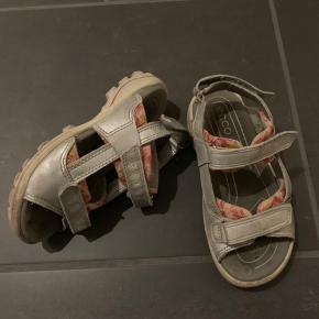 Ecco sandaler med velcro str 28. Brugte men fejler intet.  Nypris 600kr  Køber betaler Porto.