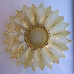 Smukt fad/skål i gult glas. Perfekt som frugtskål eller til en flot salat.  Ø: 29 cm