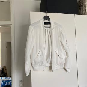 Hvid bomber jakke. Næsten som ny