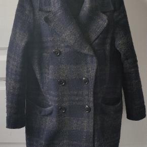 Lækker frakke fra H&M. - den er som ny uden nogen kosmetiske fejl som huller, mærker eller andet.   Den er dejlig varm og blev brugt som vinter jakke.  Den er en størrelse 38  Kan sendes gennem tradono eller afhentes i Hillerød Se gerne flere af mine annoncer
