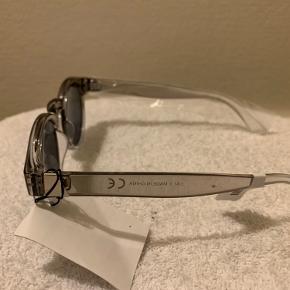 Lys grå unisex solbriller fra UO model Braker Bredde fra kant til kant på stel ca 14 cm  glas bredde max 5 cm og højde max 4,5 cm  Sælges for 85 plus TS gebyr og porto (Hvis evt alm brevpost 20 eller 29 som Quickbrev via postnord)