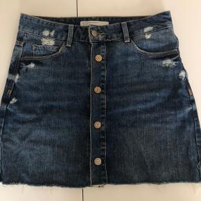 Zara denim nederdel med knapper hele vejen ned.