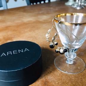 Fine øreringe fra Arena, kommer med æske  Model Lejla  Har dem også med mælkehvide perler, se anden annonce