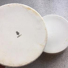 Porcelæn skåle/fade.  Den store måler 7 cm i højden, 20 i diameter.  Den lille måler 6 cm i højden, 17 i diameter.  Ingen skår.  Sendes ikke.