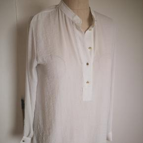 Råhvid skjorte med guld knapper fra HM.