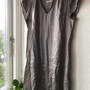 Læs kjole i 100 % silke. Farven er varm lysegrå med shine. Brugt en enkelt gang og skal blot stryges