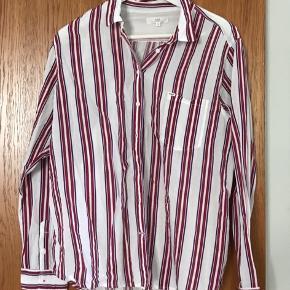 Fin skjorte - aldrig brugt, men vasket en enkelt gang i hånden. Naturhvid med brede bordeaux striber og smalle lilla. 69% modal og 31 % bomuld.