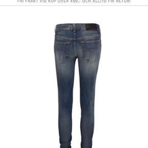 De populære og helt udsolgte Tiger of Sweden jeans model: Dolores Style: slight sælges. De er desværre for små hvorfor de aldrig er brugt. Str 25/32 men lagt op til en 30 i længden hos skrædder med original syning.  Bytter ikke. Nypris: 1299,-
