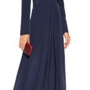 Kjolen sælges da jeg aldrig har fået den brugt. Den har desværre bare hængt i skabet og nu syntes jeg ikke længere den sidder rigtigt. (Jeg er blevet for tyk) 🙈Kjolen er 100% silke og den er helt fantastisk smuk! Det er lidt svært at se på billederne, men den har slids i ærmerne. Det sidste billede er kjolens ryg, den er så elegant.  Nypris var 5000kr - kom gerne med bud.